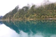 Озеро зеркал в национальном парке Jiuzhaigou Сычуань Китая Стоковое фото RF