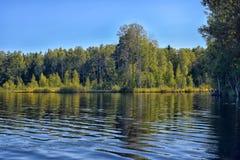 Озеро, зеленые деревья и отражение в воде Стоковое Фото