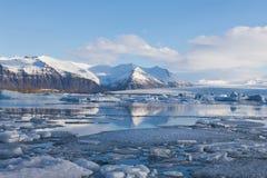 Озеро зимы Исландии с снегом покрыло предпосылку горы Стоковое фото RF