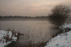 Озеро зим в тумане на заходе солнца Стоковые Изображения RF