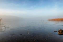 Озеро зим в тумане стоковые изображения