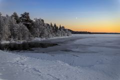 Озеро зим в Финляндии на заходе солнца Стоковое Изображение RF
