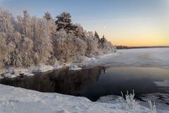 Озеро зим в Финляндии на заходе солнца Стоковое Изображение