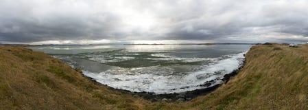 Озеро зим замерли ландшафтом, который с ледяными полями и облачное небо в Ic Стоковая Фотография RF
