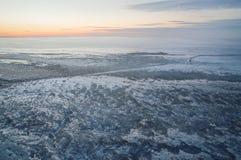 Озеро зим предусматриванное с вечером коркы льда Стоковые Фотографии RF