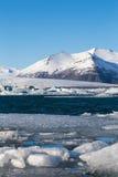 Озеро зим с снегом покрыло гору Стоковые Изображения RF