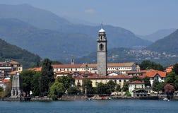 озеро Италии меньшее maggiore около городка Стоковая Фотография