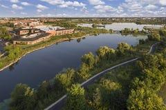 Озеро и антенна общественного центра Стоковые Фото
