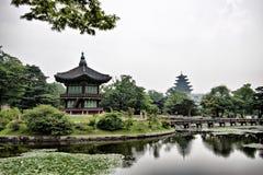 Озеро и башни в дворце Changdeogung Стоковые Фотографии RF