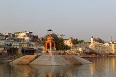 Озеро и виски Pushkar на заходе солнца Стоковое Изображение