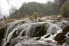 Озеро и водопад в горе Стоковые Фото