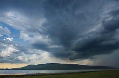 Озеро и гора облака неба стоковые изображения rf