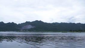 Озеро и гора сток-видео