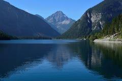 Озеро и горы стоковая фотография