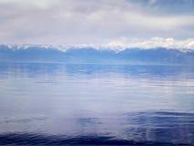 Озеро и горы Issyk Kul стоковая фотография