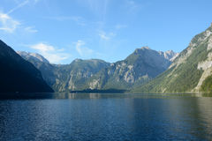 Озеро и горы Koenigssee Стоковые Фотографии RF
