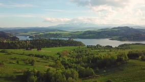 Озеро и далекий взгляд гор Tatras Замок Czorsztyn средневековый видеоматериал