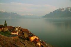 Озеро и деревня Женев в Lavaux на береге стоковые фото