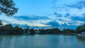Озеро и деревня от дня к ноче, Timelapse видеоматериал