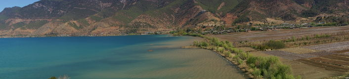 Озеро и деревня стоковые фото