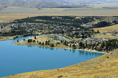 Озеро и деревня Tekapo в NZ Стоковые Изображения RF