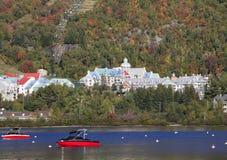 Озеро и курорт Mont Tremblant с шлюпками на переднем плане Стоковое фото RF
