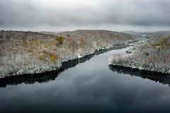 Озеро и лес приближая к зиме стоковое фото