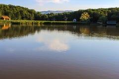 Озеро и мельницы зеркала Стоковое фото RF