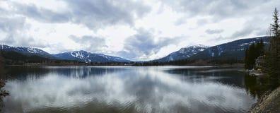 Озеро и облака гор Стоковая Фотография