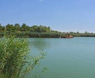 Озеро и драгируя шлюпка Стоковые Изображения RF