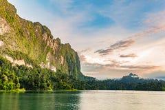 Озеро и скала и небо утра Стоковое фото RF