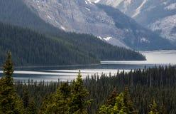 Озеро и снег покрыли горы на бурный день Стоковая Фотография RF
