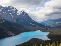 Озеро и снег покрыли горы на бурный день Стоковые Фото
