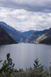 Озеро и снег Seton покрыли горы. Стоковые Изображения
