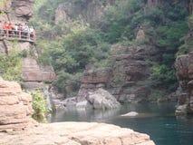 озеро и утесы долины jiuzha в фарфоре стоковые изображения