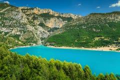Озеро и ущелье Вердон St Croix в предпосылке, Провансали, Франции стоковое фото rf