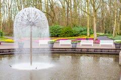 Озеро и цветочный сад фонтана весной Стоковое Изображение