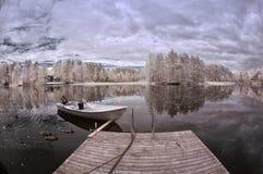 Озеро и шлюпка зим Стоковая Фотография