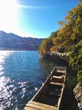 Озеро и шлюпка Lugu Стоковые Фото
