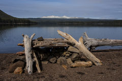 Озеро и Firepit гор Стоковое Изображение