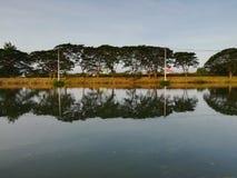 Озеро и refection в пасмурном дне утра стоковая фотография rf