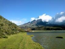 Озеро и snowcapped montain Стоковые Изображения RF