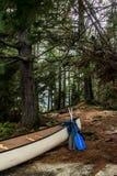 Озеро Канад Онтарио 2 каное каное рек белых пустых припарковало на острове в национальном парке Algonquin Стоковые Фотографии RF