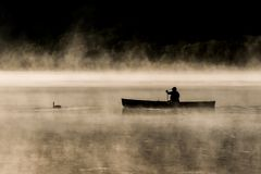 Озеро Канад Онтарио тумана восхода солнца воды 2 каное каное рек часа туманного золотого на воде в национальном парке Algonquin Стоковая Фотография