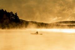 Озеро Канад Онтарио тумана восхода солнца воды 2 каное каное рек часа туманного золотого на воде в национальном парке Algonquin Стоковые Изображения