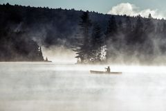 Озеро Канад Онтарио тумана восхода солнца воды 2 каное каное рек часа туманного золотого на воде в национальном парке Algonquin Стоковое фото RF
