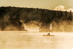 Озеро Канад Онтарио тумана восхода солнца воды 2 каное каное рек часа туманного золотого на воде в национальном парке Algonquin Стоковое Фото