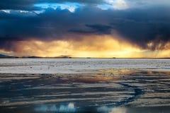 Озеро квартир соли захода солнца стоковое изображение rf
