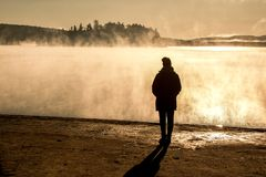 Озеро красивой женщины стоящее тумана восхода солнца взгляда Канады национального парка algonquin 2 рек в тумане заволокло болото Стоковые Изображения RF