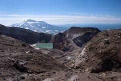 Озеро кратера Gorely Volcano's и ледник it's впечатляющий с вулканом Mutnovsky на заднем плане Стоковые Изображения